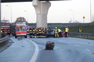 Ford uderzył w bariery, wypadła pasażerka. Nie żyje